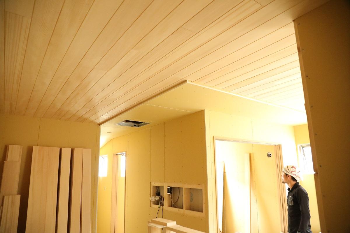 天井にもみの木を貼っていきます
