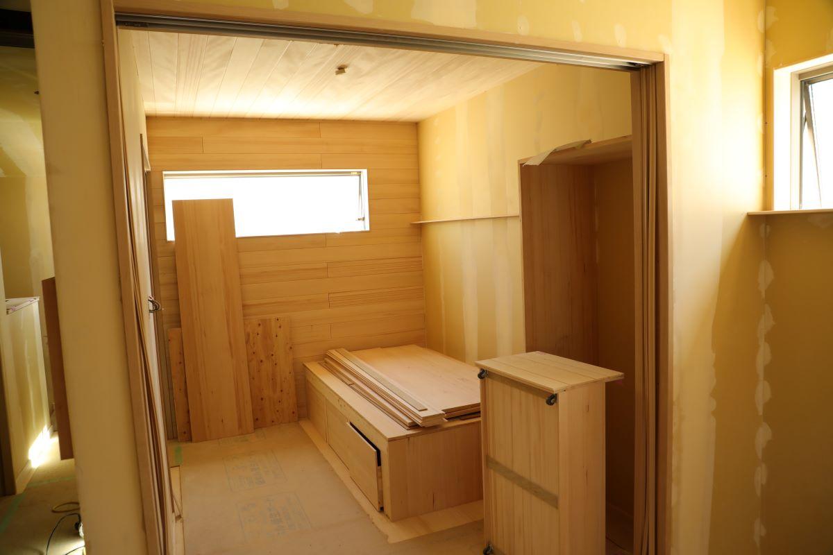 堺市堺区S/S様邸新築もみの木の家。壁紙を施工しています。