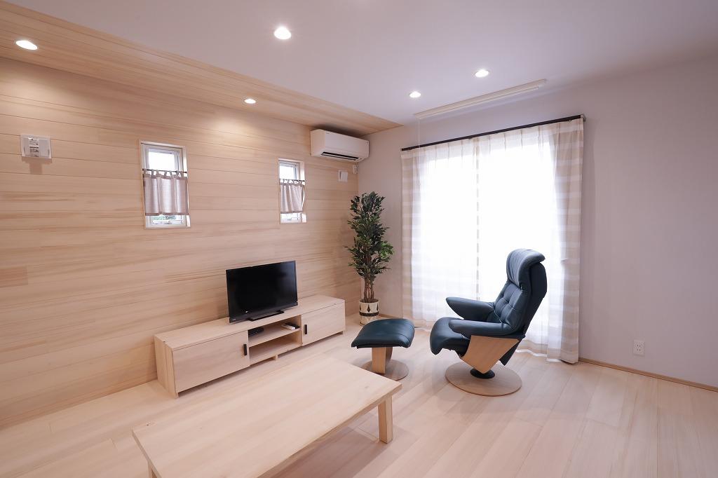 平素な住宅街に建つ4人家族のもみの木の家